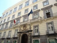 E  uno dei palazzi del centro storico di Napoli. Per esteso 8be1327990602